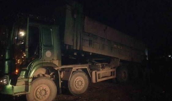 Hà Nội: Trực tiếp bắt quả tang xe tải đổ trộm phế thải trên Đại lộ Thăng Long