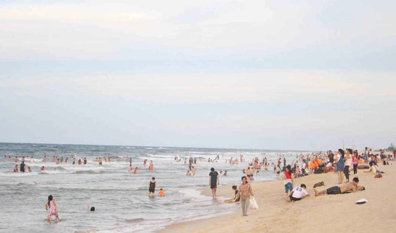 Huế: Tăng cường cảnh báo, cứu hộ tại các khu dịch vụ tắm biển, sông hồ