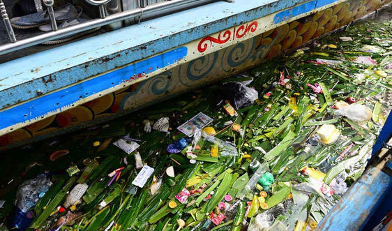 Sông Hương nhếch nhác, ngập tràn rác thải sau lễ hội Điện Hòn Chén