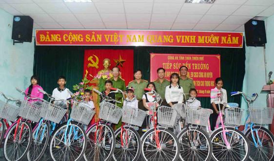 Huế: Tặng xe đạp cho học sinh khó khăn dịp Tết Trung thu