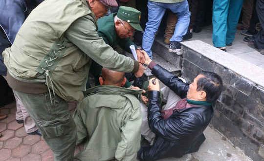 Hà Nội: Chen chúc, ngã, đòi mua vé trận Việt Nam-Malaysia tại trụ sở VFF