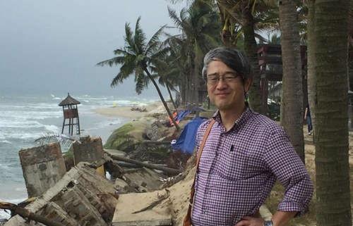 Tặng Bằng khen cho 2 Giáo sư nước ngoài có những nghiên cứu quan trọng về chống xói lở bờ biển Cửa Đại