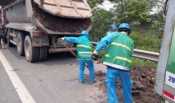 Hà Nội: Bắt quả tang xe tải rơi vãi bùn đất trên Đại lộ Thăng Long