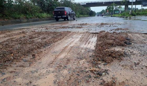 Hà Nội: Đại lộ Thăng Long nhầy nhụa đất đá, phế thải
