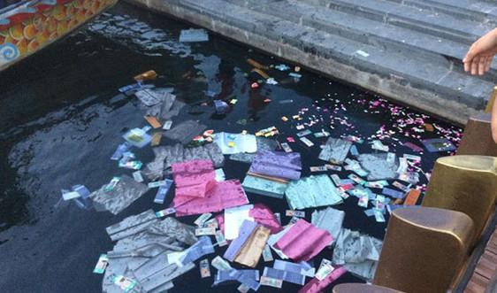 Huế: Xử lý hành vi rải vàng mã xuống sông Hương gây ô nhiễm