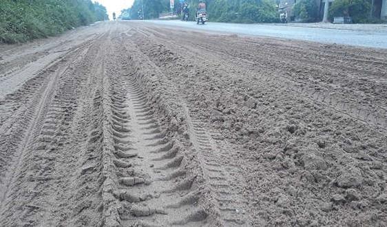 Hà Nội: Đại lộ Thăng Long lại ngập trong bùn đất, phế thải