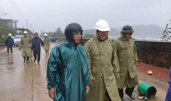 Người dân Quảng Ngãi đội mưa chạy bão số 6