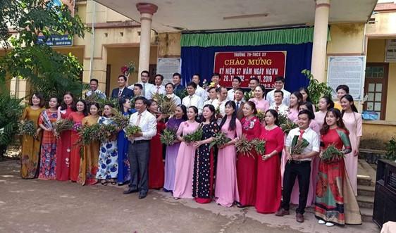 """Ngày Nhà giáo Việt Nam 20/11: Xúc động hình ảnh """"bó hoa dại"""" của học sinh vùng cao Quảng Trị"""