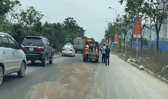 Hà Nội: Phát hiện xe container rơi vãi dầu thải trên Đại lộ Thăng Long