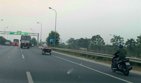 """Xe máy """"đùa với tử thần"""" trên cao tốc đại lộ Thăng Long"""