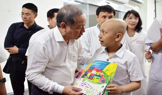 Dân nghèo, bệnh nhi ung thư, người lao công... ở Huế xúc động khi được Chủ tịch tỉnh chúc Tết đêm giao thừa