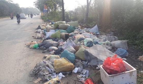 """Hà Nội: Đại lộ Thăng Long """"ngập"""" trong rác thải"""