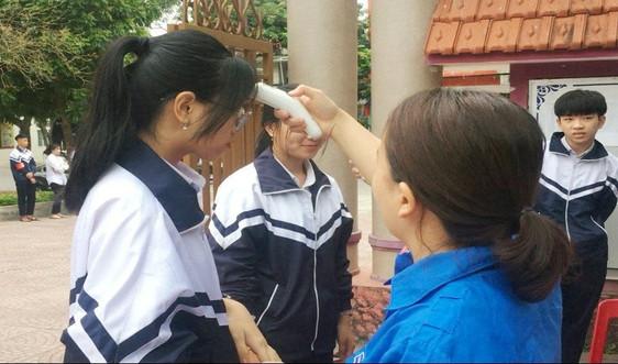Quảng Trị: Học sinh rửa tay sát khuẩn, đo thân nhiệt trước khi vào lớp