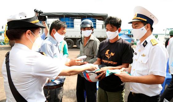 Bộ đội Hải quân tiếp tục cung cấp nước ngọt cho nhân dân Bến Tre