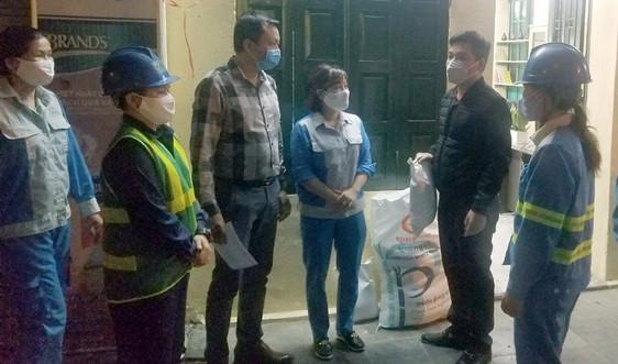 Hà Nội: Phường Hàng Trống tặng quà công nhân môi trường trong đại dịch Covid-19