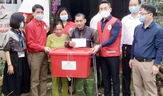 Hội Chữ thập đỏ Việt Nam chia sẻ khó khăn với đồng bào bị thiệt hại do mưa lũ