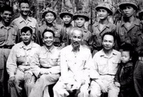 Kỷ niệm 130 năm Ngày sinh Chủ tịch Hồ Chí Minh: Tháng Năm và đạo lý dân tộc 'ăn quả nhớ người trồng cây'