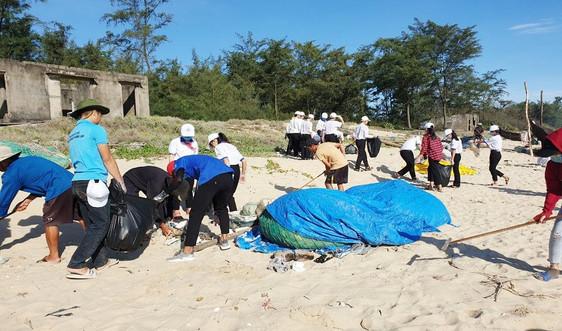 Huế: Dọn rác ven biển hưởng ứng Ngày Môi trường thế giới