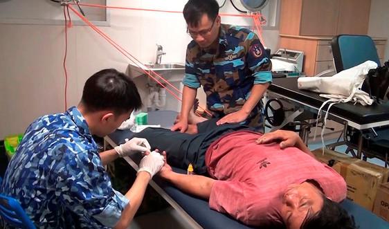 Bốn ngư dân bị tai nạn được tàu cảnh sát biển cứu giúp