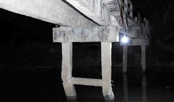 Hà Tĩnh: Tàu chở cát đâm gãy trụ cầu dân sinh rồi bỏ chạy