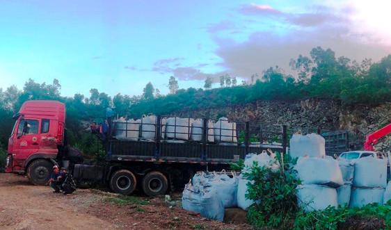 Thanh Hóa: Điều tra  xe tải chở hàng chục tấn chất thải lạ đang đổ trộm