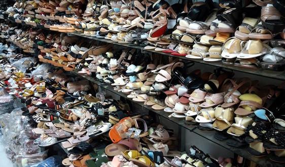 Phát hiện cơ sở bán giày dép giả nhãn hiệu thương hiệu nổi tiếng