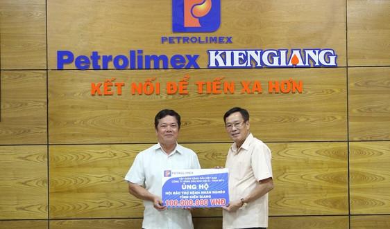 Petrolimex Sài Gòn hỗ trợ bệnh nhân nghèo tỉnh Kiên Giang 100 triệu đồng