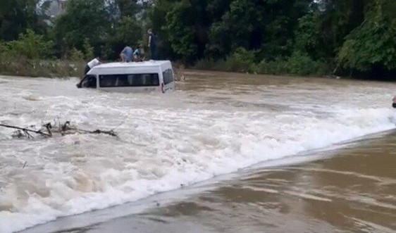 Cao Bằng: Hai xe ô tô bị nước cuốn trôi khi lưu thông qua đập tràn