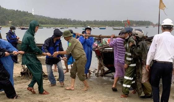 """Ngư dân Đà Nẵng đội mưa kéo tàu """"chạy"""" bão"""