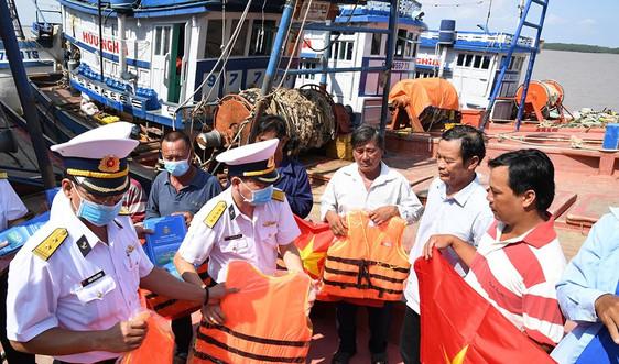 Bộ Tư lệnh Vùng 2 Hải quân tặng 500 lá cờ Tổ quốc  cho ngư dân huyện Trần Đề tỉnh Sóc Trăng