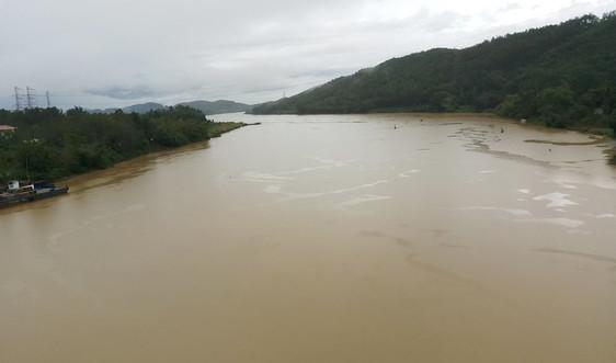 Nước sông Hương bất ngờ chuyển màu vàng đục