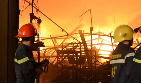 Hà Tĩnh: Hỏa hoạn thiêu rụi kho chứa sơn trong đêm