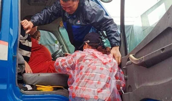 Quảng Nam: Bội đội vượt lũ dữ đưa thai phụ đi sinh