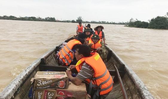 Thừa Thiên Huế: Cấp phát mì tôm cứu trợ nhân dân vùng lũ