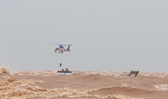 Quảng Trị: Trực thăng, đặc công nước cứu thành công 8 người gặp nạn trên biển