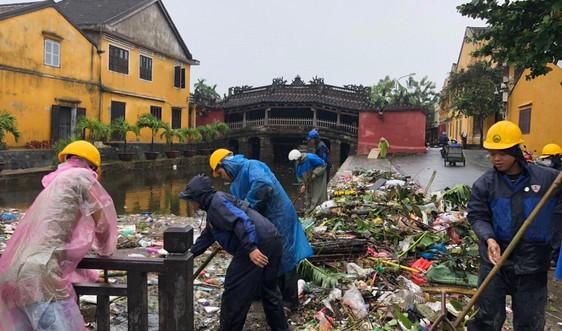 Người Hội An vất vả dọn dẹp sau trận lụt lớn