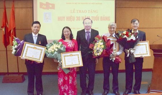 Trao Huy hiệu 30 năm tuổi Đảng cho 4 đồng chí trực thuộc Đảng bộ Bộ TN&MT