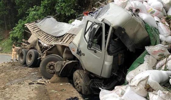 Ôtô tải mất lái, tài xế tử vong trong cabin
