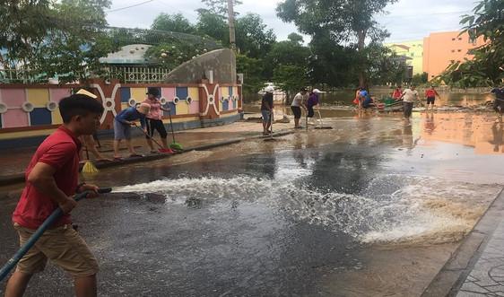 Quảng Bình: Người dân khẩn trương dọn vệ sinh môi trường sau mưa lũ