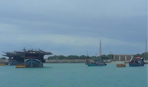 Hỗ trợ 337 ngư dân vào tránh trú áp thấp nhiệt đới trên Biển Đông