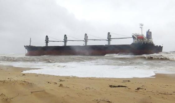 Quảng Bình: Tàu hàng gần 30.000 tấn mắc cạn sau nhiều giờ trôi dạt trên biển
