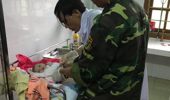 Quảng Trị: Vượt mưa lũ, lính Biên phòng hỗ trợ đỡ đẻ cho một sản phụ