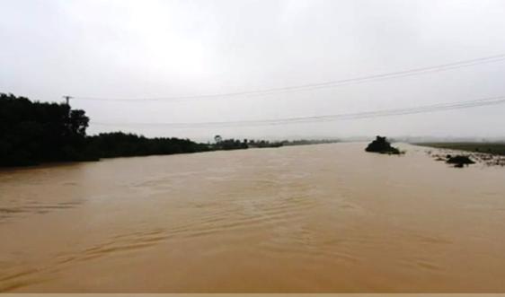 Hà Tĩnh: Một người tử vong khi đi xe máy trên đập làng ngập nước