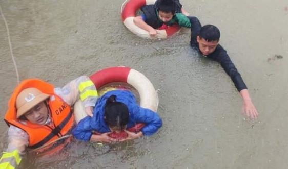Hà Tĩnh: Xuyên đêm đưa người dân vượt ra khỏi vùng nguy hiểm