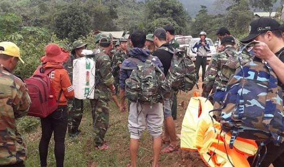 Quảng Trị: Hàng cứu trợ được trực thăng mang tới cho người dân trong vùng bị cô lập do mưa lũ