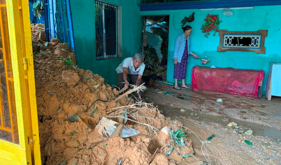 Quảng Nam: 6 hộ dân suýt bị vùi lấp do sạt lở