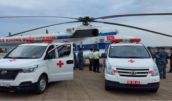 Trực thăng đưa 2 người bị thương do cứu hộ mưa lũ ở Quảng Trị vào Huế điều trị