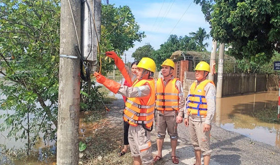 Điện lực Hà Tĩnh đến từng nhà khuyến cáo an toàn điện sau mưa lũ