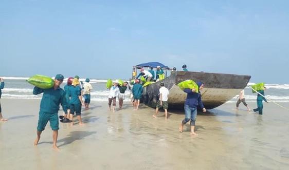 Phát hiện tàu gỗ không người, không số hiệu trôi dạt vào bờ biển Quảng Trị