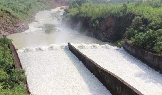 Đề phòng mưa lũ do ảnh hưởng bão số 9, hồ Kẻ Gỗ tăng lưu lượng xả tràn lên 400 m3/s